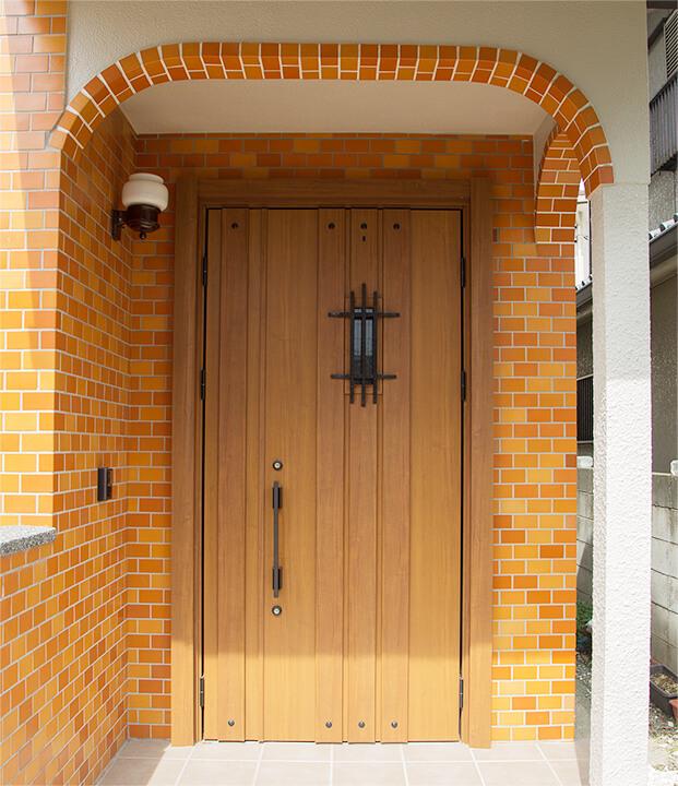 ドアを変えて、エントランスのレンガは皆楽しく貼りました