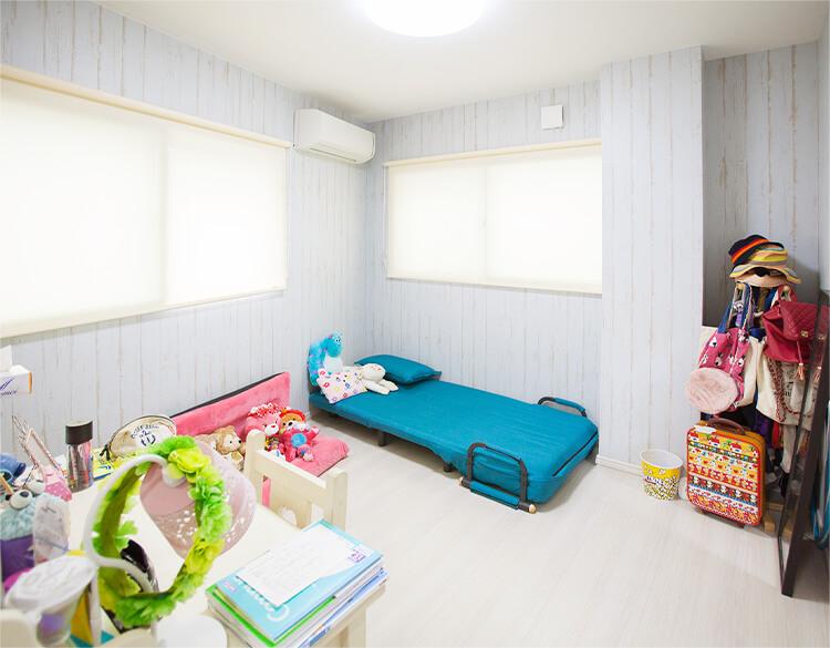 窓からたくさん日差しを取り込む子ども部屋