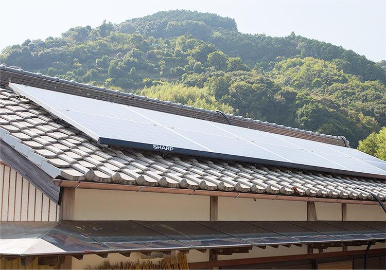 自宅の屋根に太陽光パネルを設置