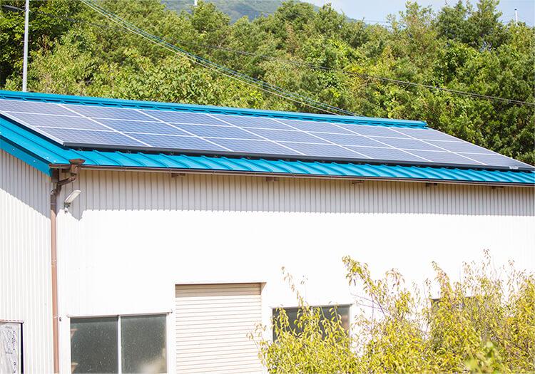 倉庫の屋根に太陽光パネルを設置